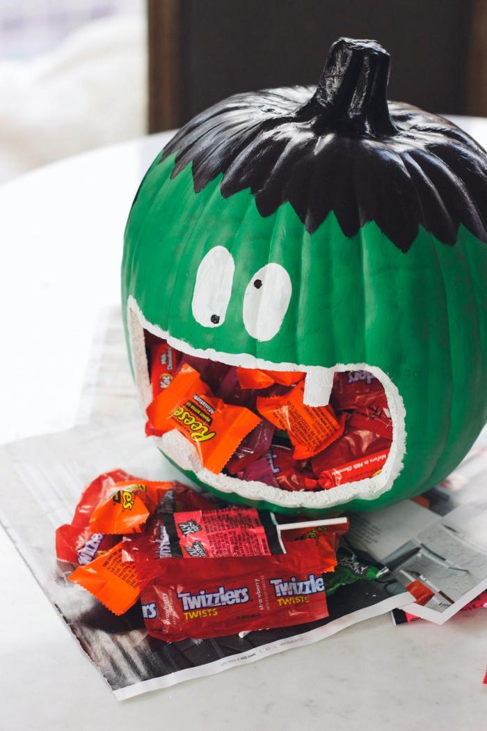 halloween bastelideen und anleitungen, kürbis zombie, grüne farbe, viele süßigkeiten
