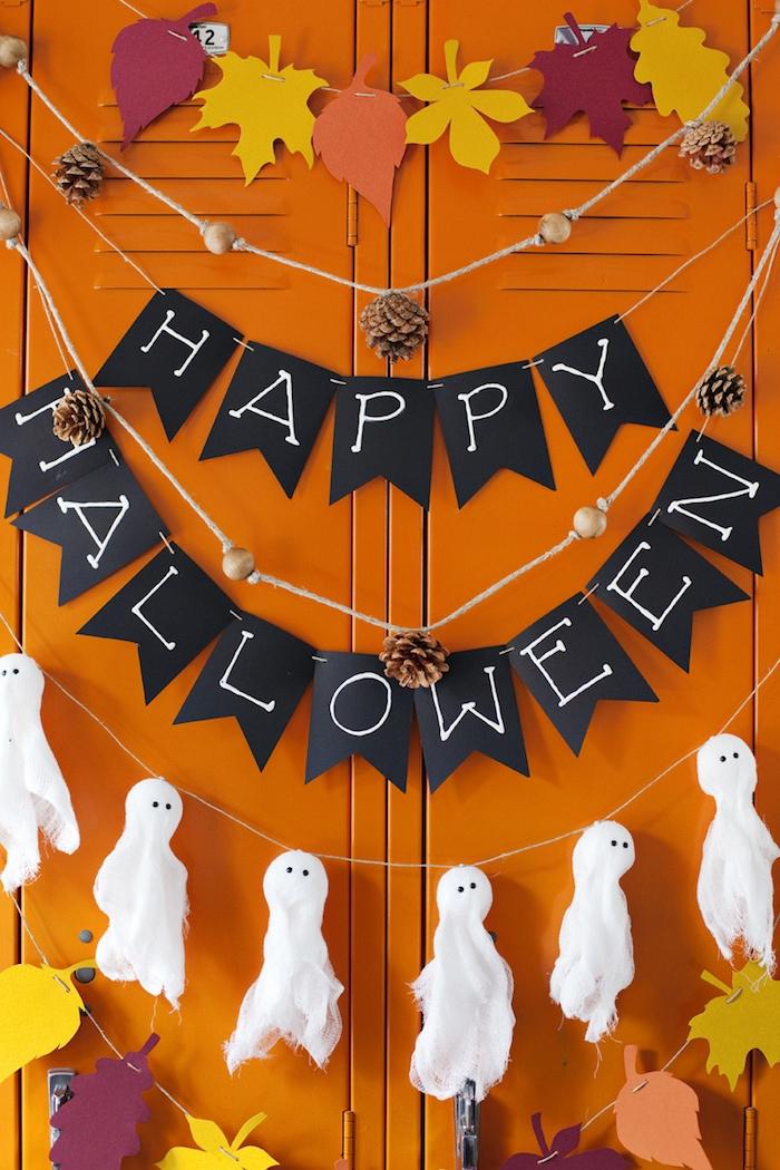 Ideen für DIY Halloween Deko, Girlanden mit Herbstblättern, Zapfen und kleinen Gespenstern