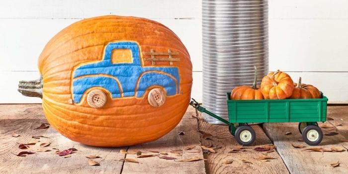 halloween basteln mit kindern, großer kürbis schnitzen, blaues auto, selbstgemachte deko