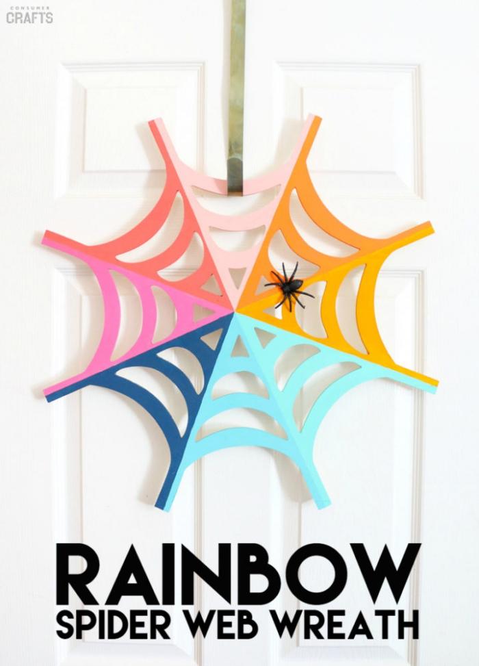 halloween basteln mit kindern, diy türdeko, spinnennetz aus papier dekoriert mit bunten farben