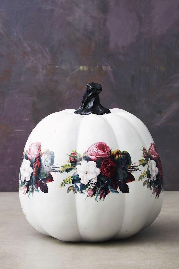Großen Kürbis mit Decoupage Technik dekorieren, Blumenmuster auf weißem Grund