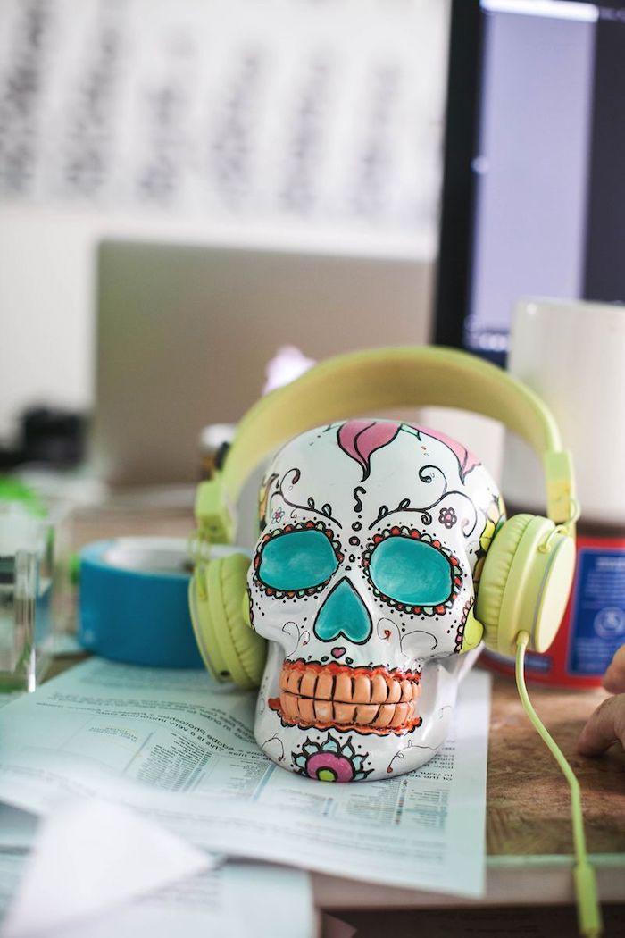 Deko Schädel mit bunten Acrylfarben bemalen, lustige und zugleich gruselige Deko Idee zu Halloween