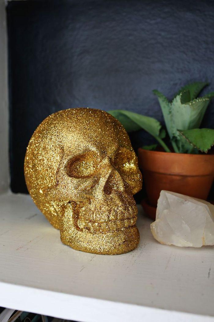 Halloween Deko Idee zum Nachmachen, Deko Schädel mit goldenem Spray besprühen