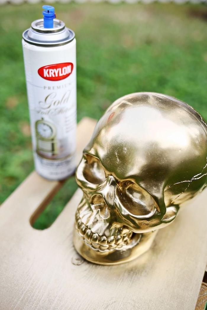 Deko Schädel mit goldenem Spray besprühen, DIY Deko Ideen zu Halloween zum Nachmachen