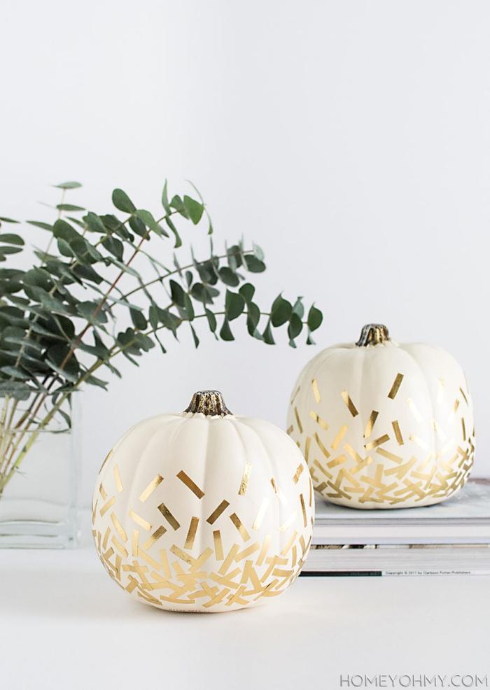 halloween deko basteln, kürbisse dekorieren, goldene konfetti, herbstdeko ideen