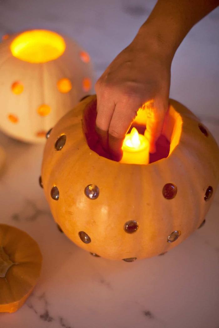 halloween deko basteln, diy laternen aus kürbissen, elektrische kerze, windlicher