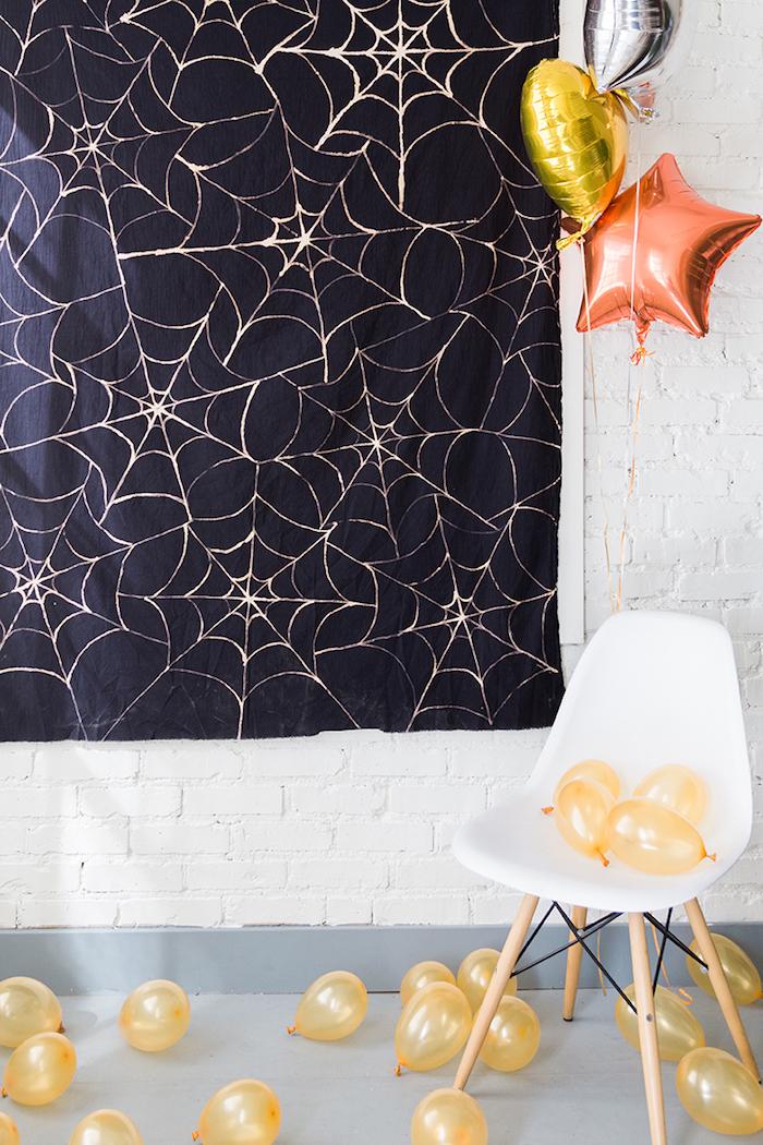 halloween deko basteln, schwarze tischdecke mit spinnennetz selber machen, weißer stuhl, partydeko