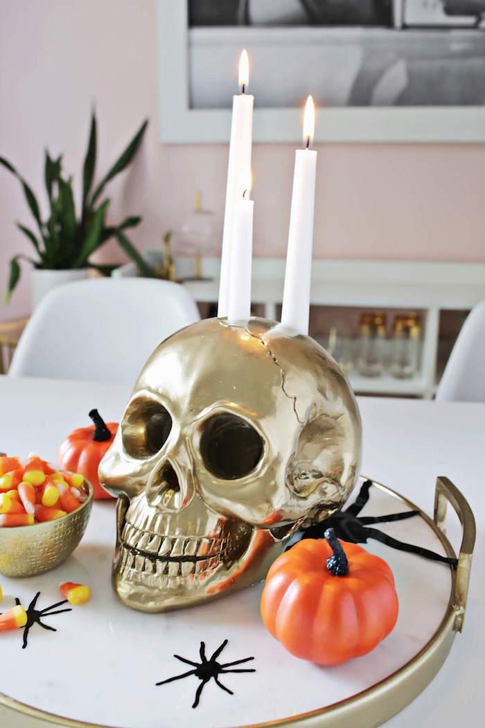 halloween deko selber machen, kleine kürbisse, selbstgemachter kerzenhalter in form von schädel, diy anleitung