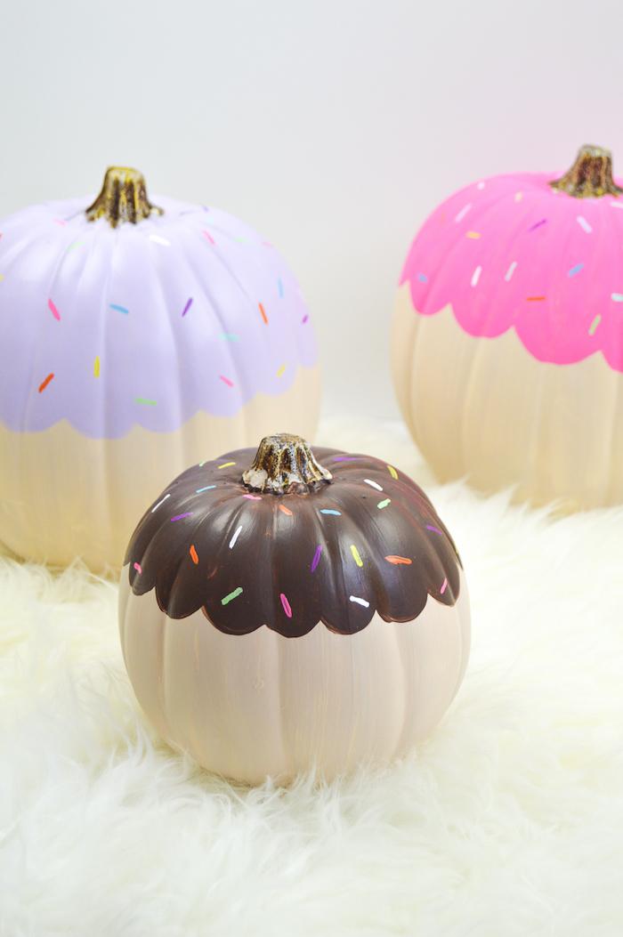 Bunte Cupcake Kürbisse, mit Acrylfarben bemalen, auffällige Deko Ideen zu Halloween