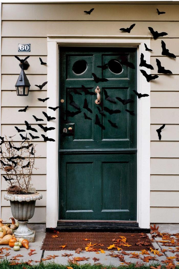 halloween deko für draußen, tür dekorieren, fliegende fledermäuse aus papier, diy