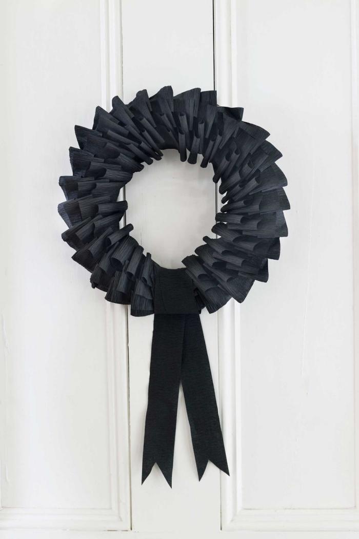 halloween deko für draußen, türdeko basteln, kranz aus schwarzem papier udn stoff, anleitung