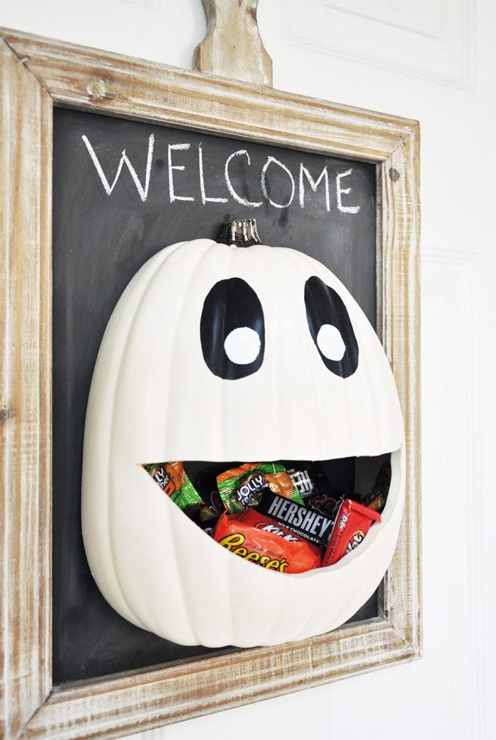 halloween deko für draußen, türdeko anleitung, weißer kürbis mit augen und mund, bonbons