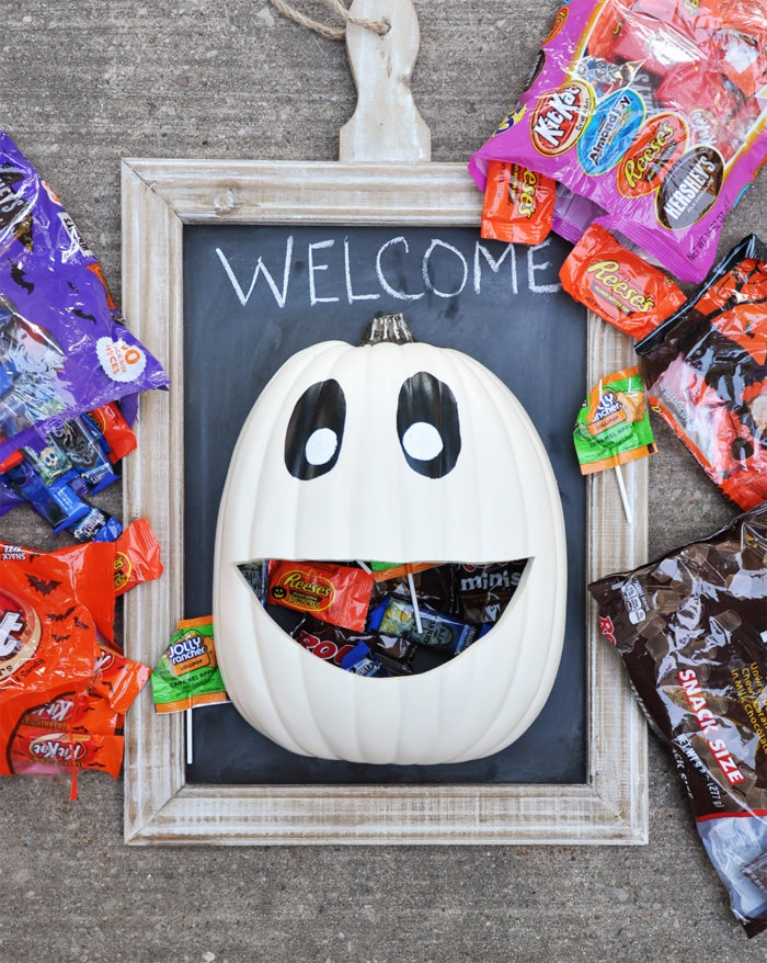 halloween deko für draußen, bilderrahmen im vintage stil, weißer kürbis gefüllt mit bonbons