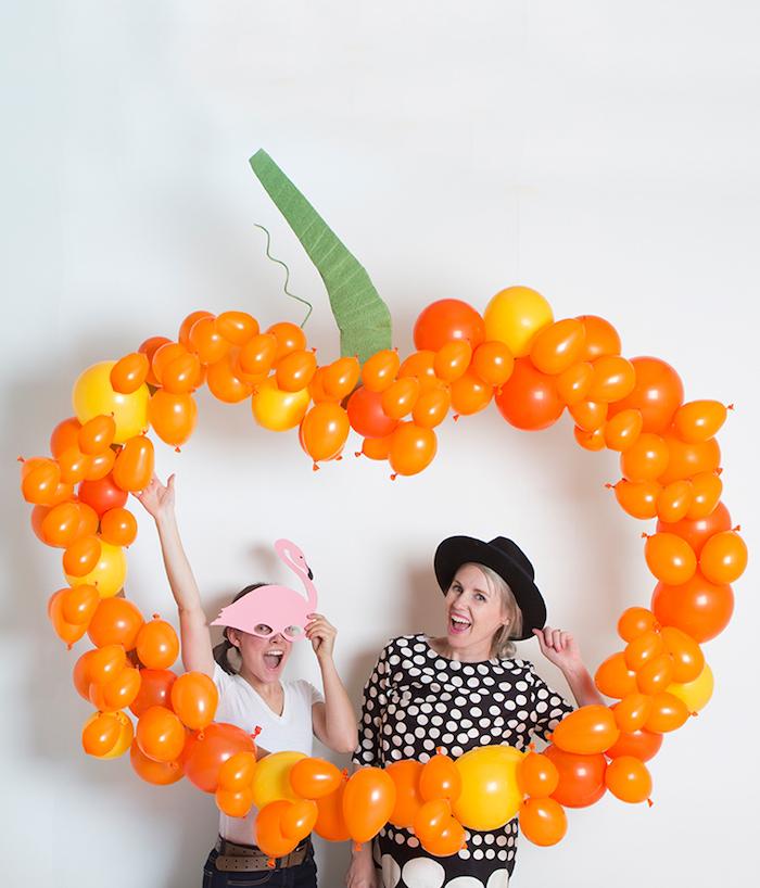 Halloween Deko selber machen, Kürbis aus orangen Luftballons selbst gestalten, Flamingo Maske aus Papier
