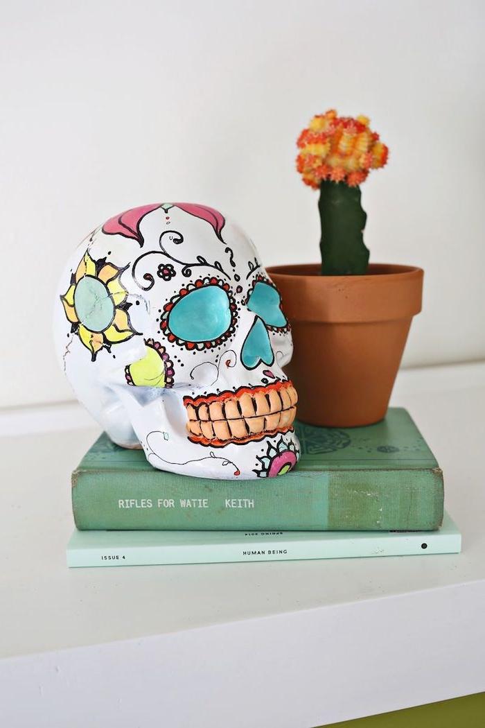 Deko Schädel mit bunten Acrylfarben bemalen und dekorieren, Halloween Dekoration für Zuhause