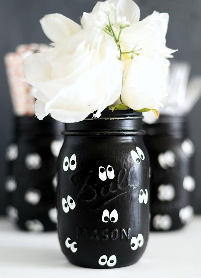 vase aus einmachglas dekoriert mi augen, upcycling basteln, halloween deko ideen, weiße blumen