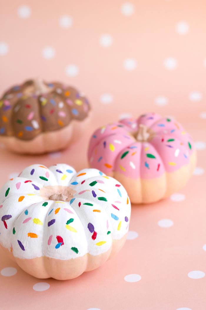 Kleine Kürbisse mit bunten Acrylfarben bemalen, Halloween Deko für Zuhause selber machen