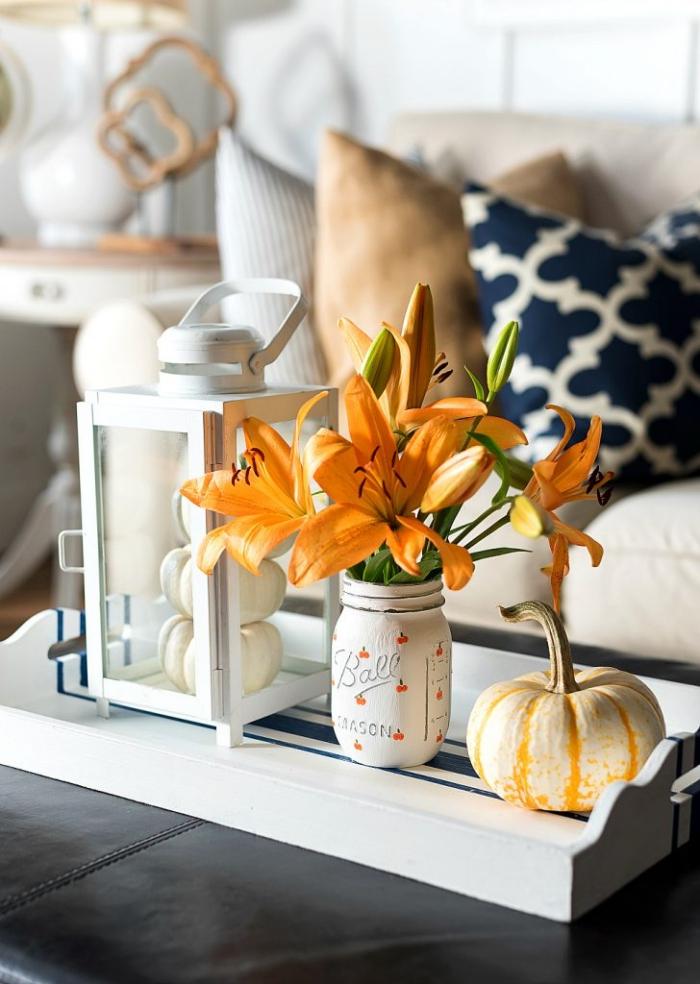 halloween deko ideen, kleiner kprbis, diy vase aus einmachglas, orangenfarbene lilien, tischdeko