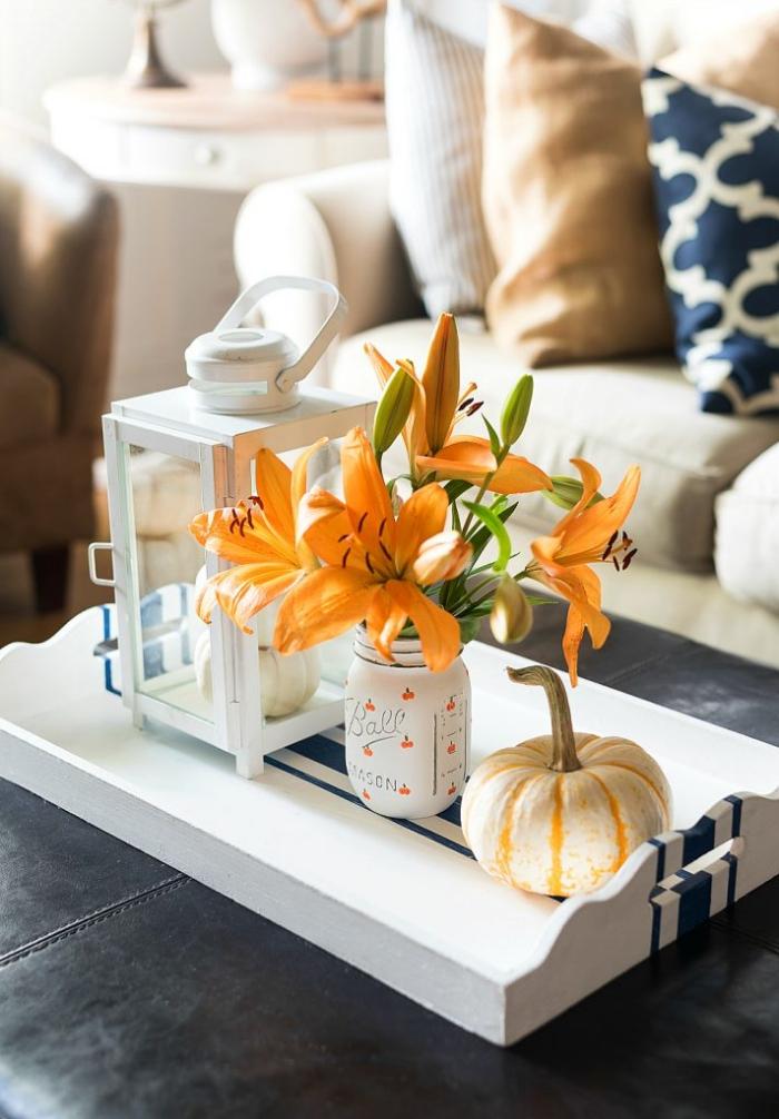 halloween deko ideen, tischdeko selber machen, orangenfarbene lilien, kleiner kürbiss, diy vase
