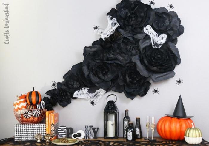 halloween deko ideen, selbstgemachte wanddeko, große blumen aus schwarzem seidenpapier, kürbisse