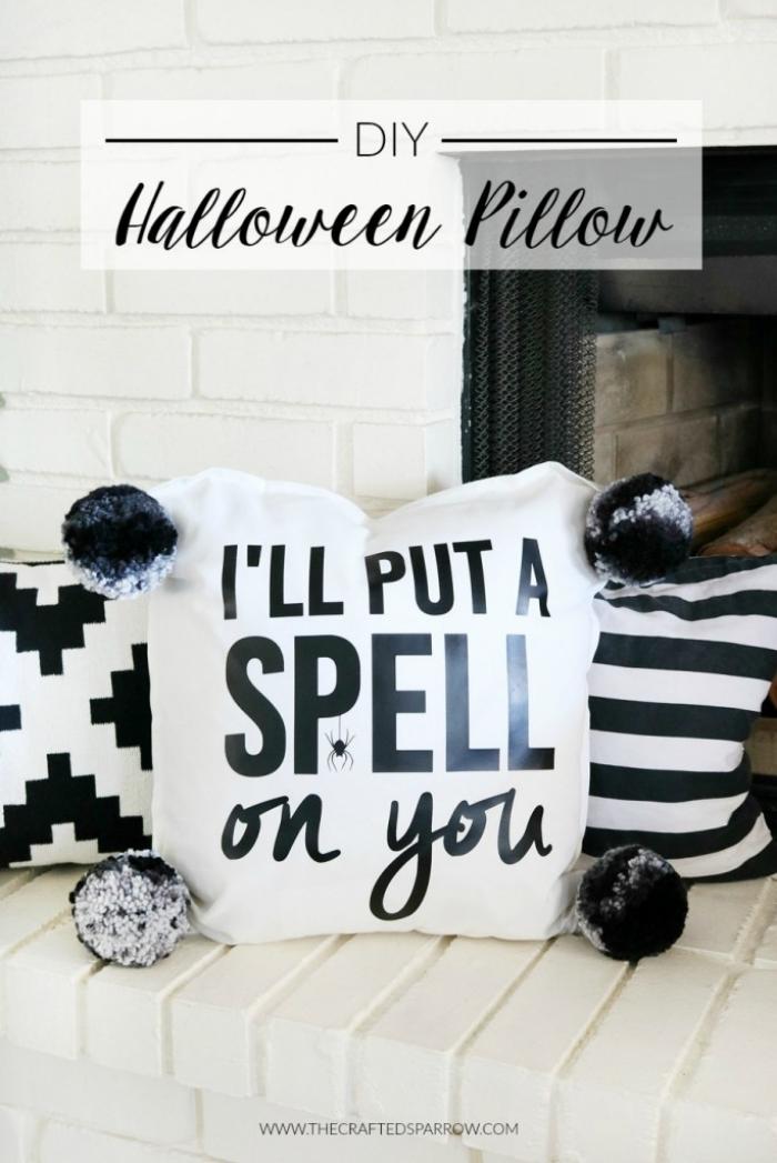 halloween deko ideen, weißer kissenbezug dekoriert mit schwarzen buchstaben und bommeln aus garn
