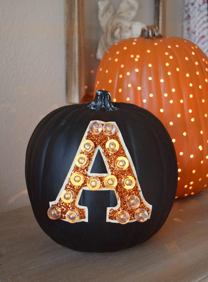diy laterne baseln aus kürbis dekoriert mit großer buchstabe, halloween deko selber machen