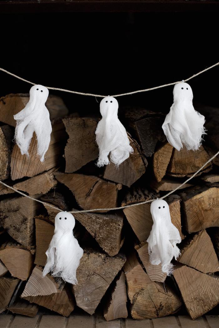 Halloween Girlande mit kleinen Gespenstern aus Verband selber basteln, gruselige Deko Ideen