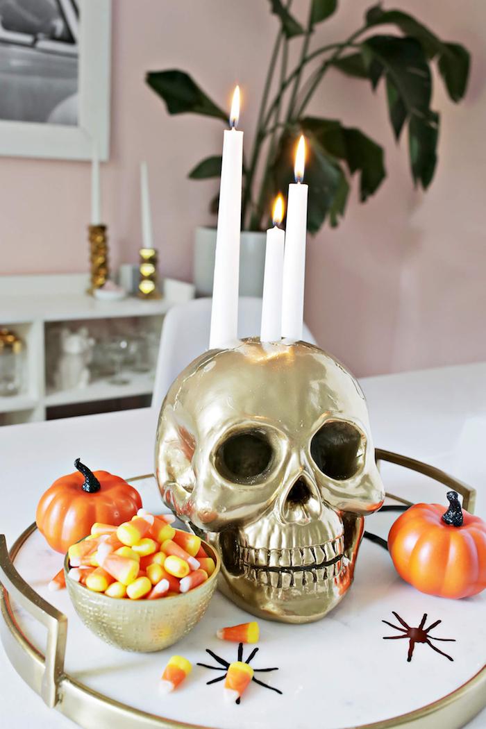 halloween deko basteln, tisch dekorieren, weiße kerzen, selbstgemachter kerzenhalter schädel, tutorial