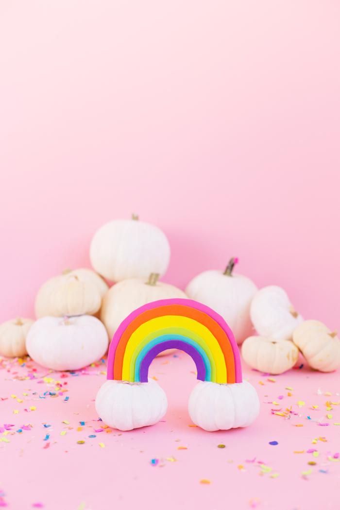 Bunte und fröhliche Halloween Deko selber basteln, Regenbogen aus Fimo auf Kürbissen befestigen