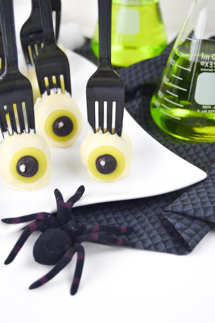 Halloween Cake Pops selber machen, gruselige Augen, schwarze Gabeln aus Kunststoff, Cocktails in Kolben