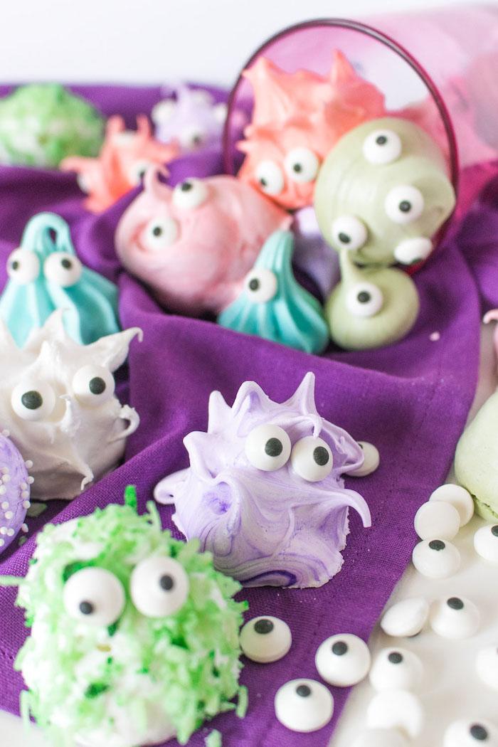 Bunte Halloween Leckereien für Kinder, Zombies und Gespenster mit Zuckeraugen