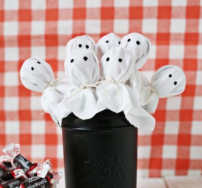Gespenster Lutscher selber machen, Halloween Leckereien für Kinder, in schwarzem Einmachglas