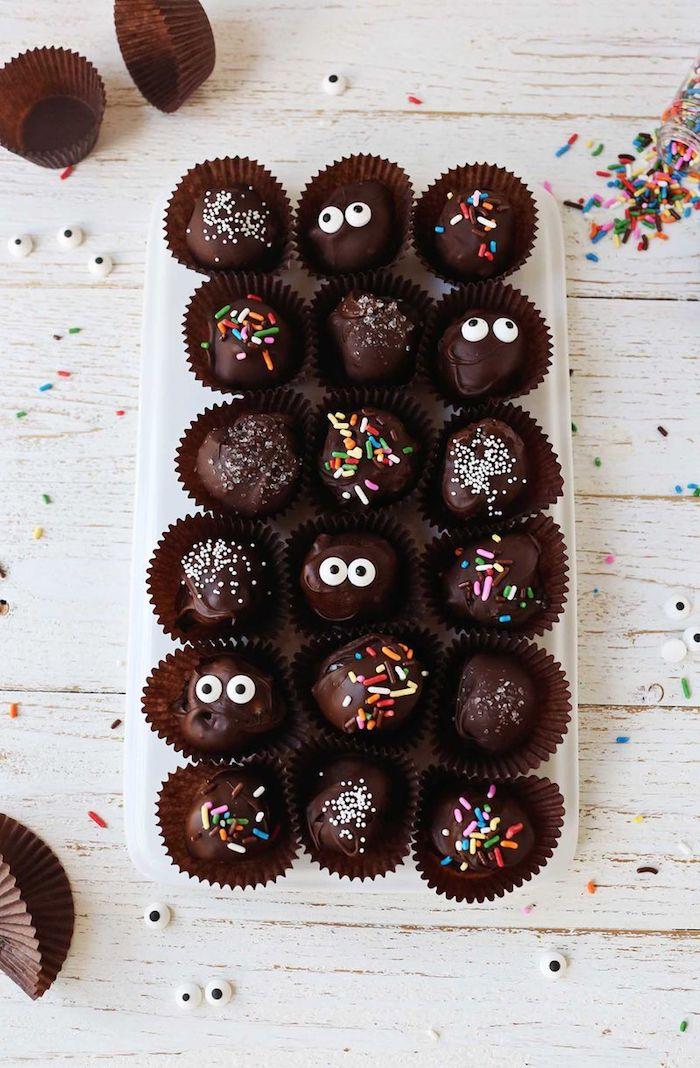 Schokoladenbällchen zu Halloween selber machen, Pralinen mit Augen, Zuckerstreuseln und Kokos