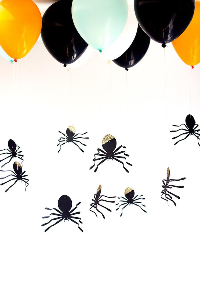 Idee für DIY Halloween Deko, große Spinnen aus Papier an bunten Luftballons befestigen