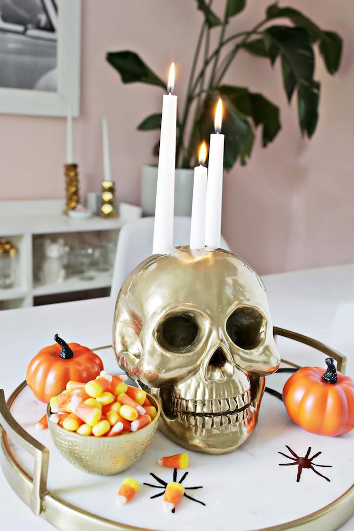 Kerzenhalter aus Deko Schädel selber machen, mit goldenem Spray besprühen, Kerzen darin stecken