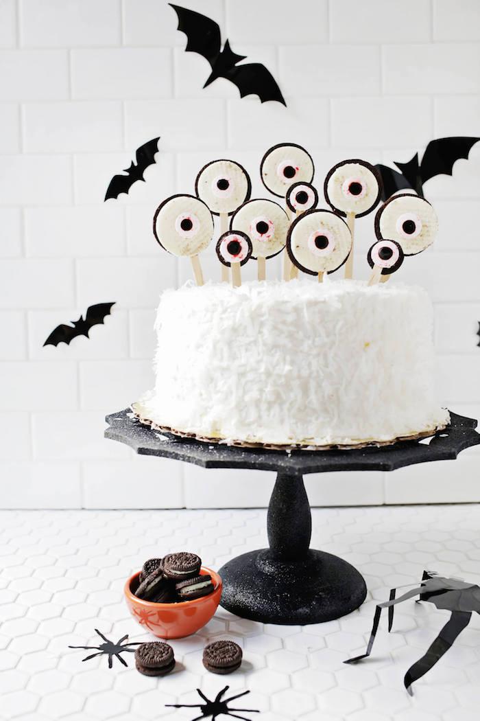 Monster Torte mit gruseligen Augen aus Oreo Keksen, Kokos-Torte zu Halloween selber backen