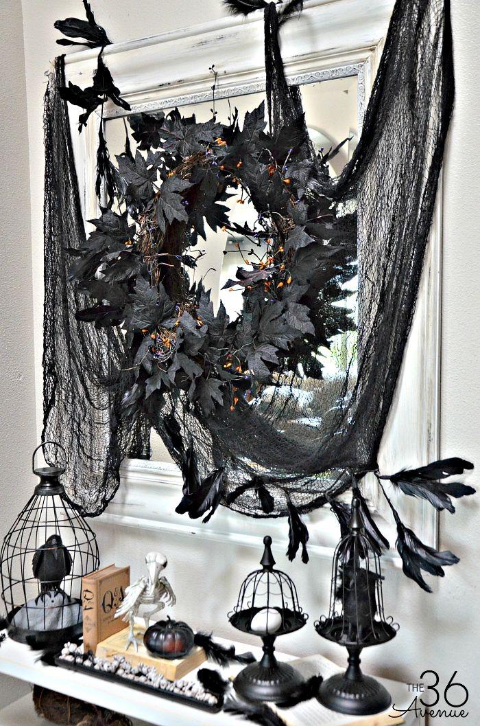 halloween ideen, kranz aus herbstbättern, schwarzes netz, vogel im vogelkäfig, party deko