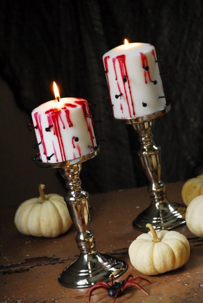 hallowen ideen, wieße kerzen mit blut und nageln, metallene kerzenständer, kleine weiße kürbisse