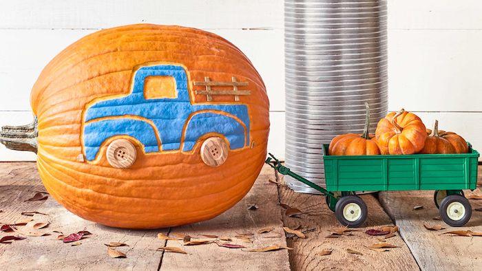 Halloween Bastelideen für Kinder, blauen Lastkraftwagen mit Knöpfen als Reifen auf Kürbis gezeichnet