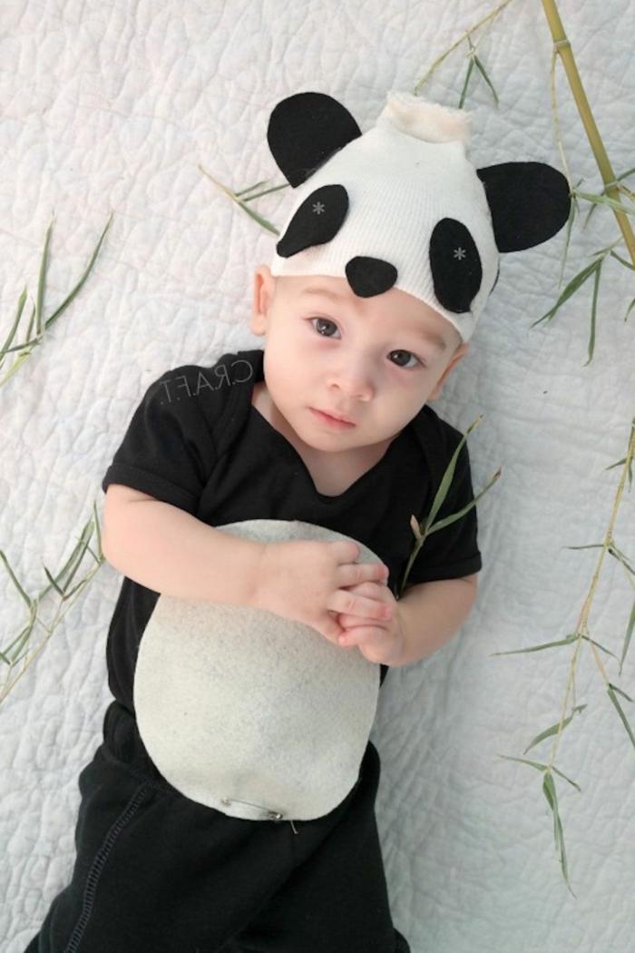 Last Minute Halloween Kostüm von einem kleinen Baby, eine Mütze wie Panda mit Ohren, Nasen und Augen