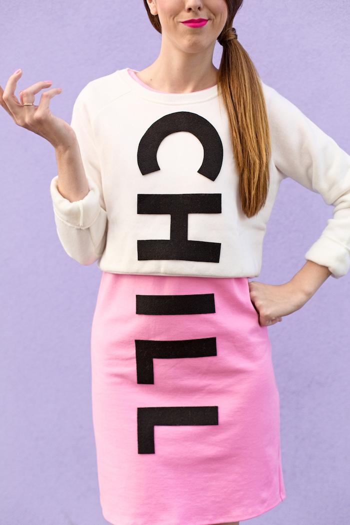 Lustiger Halloween Kostüm Chill Pill, weiße Bluse und rosafarbener Rock, schwarze Aufschrift