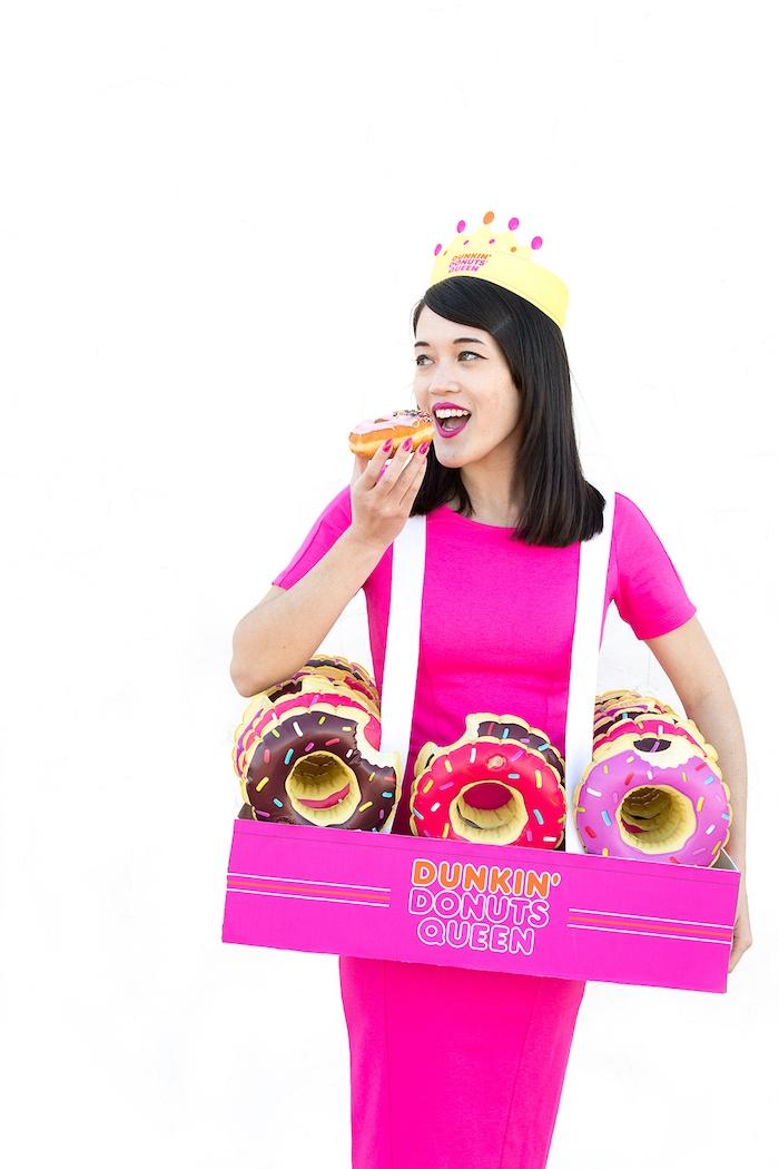 Origineller Last Minute Halloween Kostüm, aufblasbare Donuts und Krone aus Papier, violettes enges Kleid mit kurzen Ärmeln