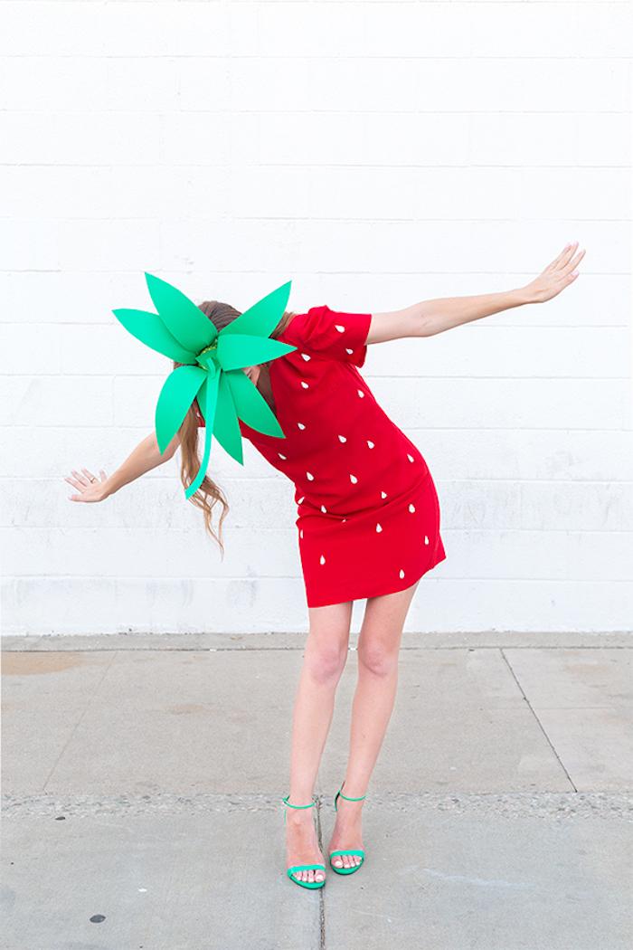 Halloween Verkleidung Erdbeere, rotes Kleid mit weißen Punkten, Blätter aus grünem Papier