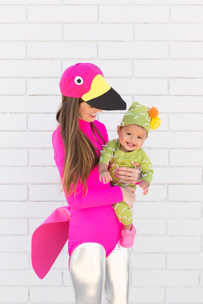 Lustige Halloween Kostüme für Mama und Baby, Flamingo und kleiner Kaktus, auffällige Halloween Ideen