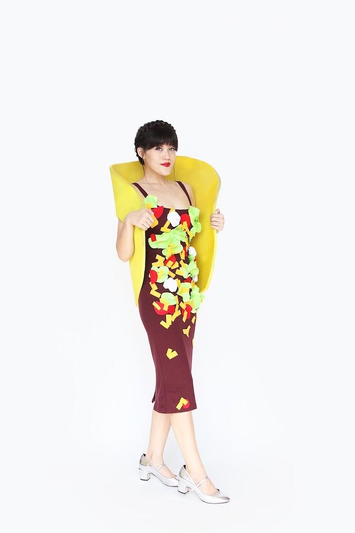 Last Minute Kostüm zu Halloween, DIY Taco Kostüm, bunte Stücke Stoff an braunes Kleid kleben