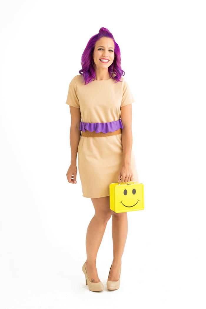 Enges Kleid mit kurzen Ärmeln in Beige, violetter Gürtel und violette Haare, gelbe Smiley Tasche