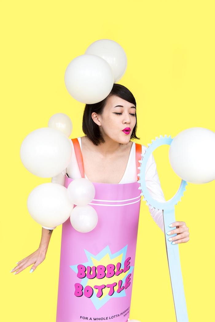 Einfacher Halloween Kostüm für Frauen, Zylinder aus Karton mit Aufschrift Bubble Bottle und weiße Ballons als Seifenblasen
