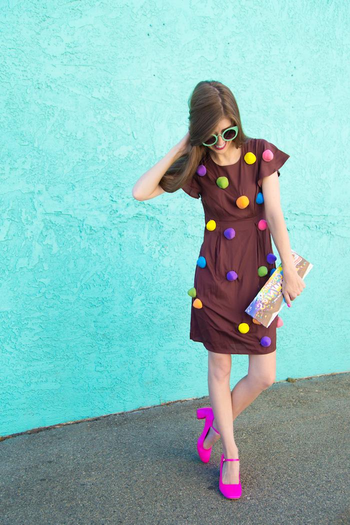 Cooler Last Minute Kostüm für Halloween, braunes Kleid mit bunten Pompons, sich als Schoko-Dessert verkleiden