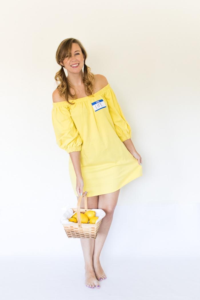 Cooler Last Minute Kostüm für Halloween, gelbes schulterfreies Kleid mit Aufkleber Life, Korb voll mit Zitronen