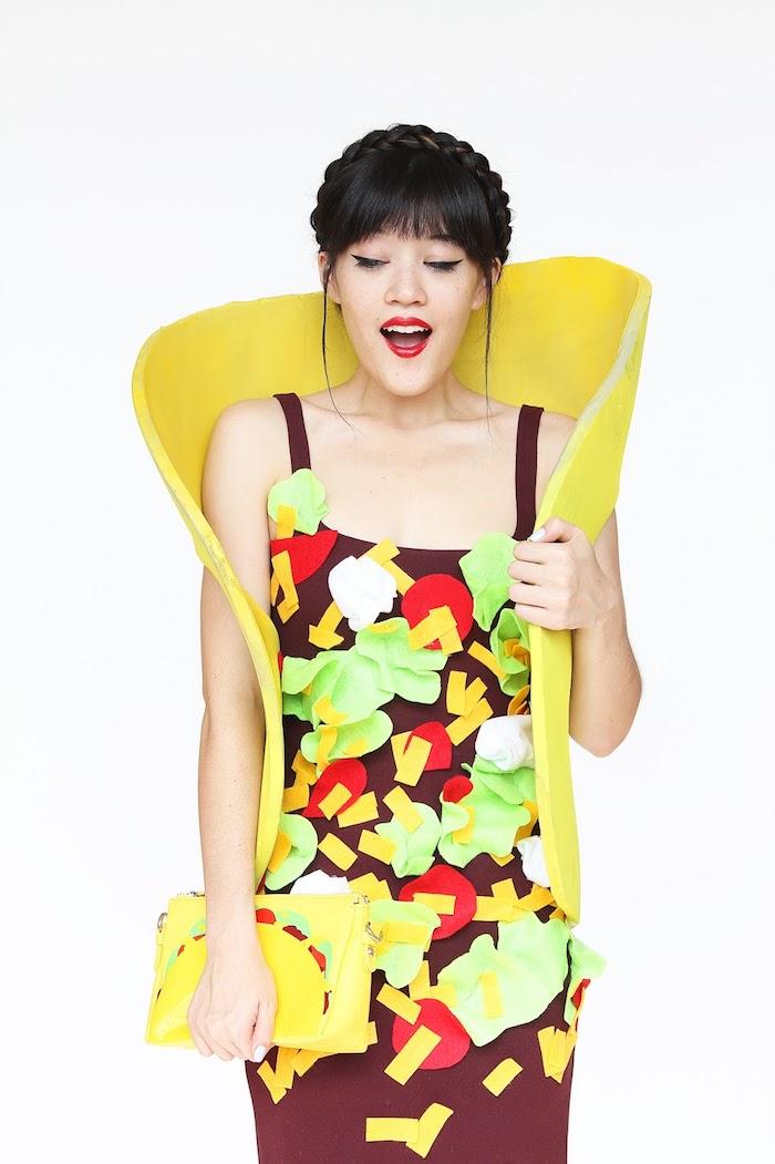 DIY Taco Kostüm für Halloween, kleine bunte Stücke Stoff an einem braunen Kleid befestigen